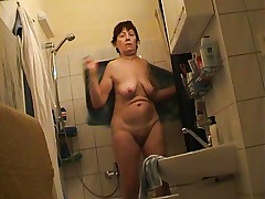 Granny from MATURE NL fully nude in bathroom